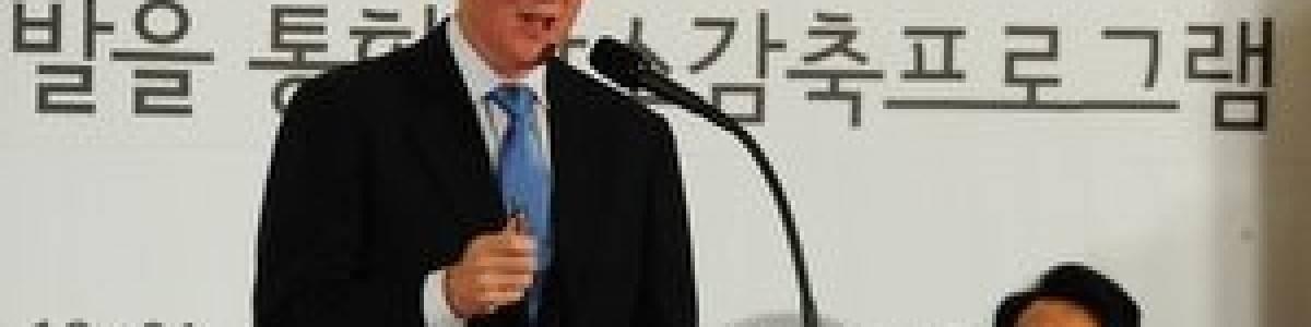 Bill Clinton le hace la competencia a Al Gore