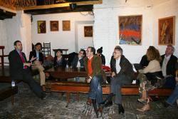 el alcalde de jun debatiendo con los asistentes
